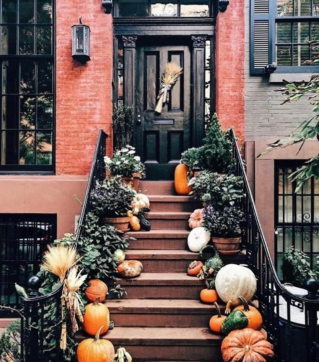 Perfect fall stoop.@curbedny . . . #townhousetherapy#townhouse#brownstone #renov…